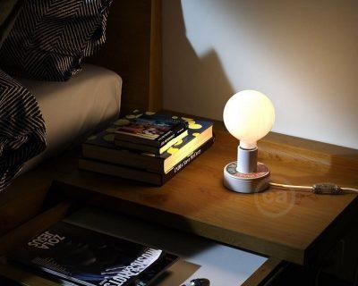 lampada-da-comodino-in-legno-con-scritta