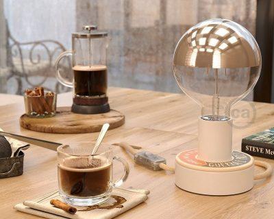 lampada-da-tavolo-in-legno-con-scritta-ambientazione