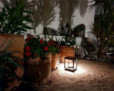 Visor di Beneito Faure è un arredo luminoso led per esterni a lanterna dallo stile moderno a luce diffondente. Ideale come illuminazione da giardino in IP65.