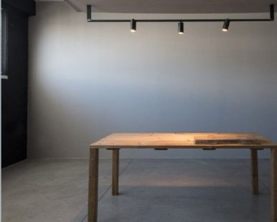 maniglia-con-bicchieri-lampada-parete-renzo-serafini-ambientazione