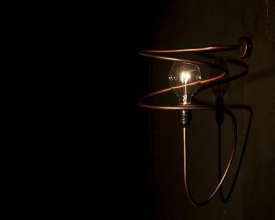 molla-lampada-parete-renzo-serafini-ambientazione