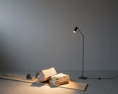 lettura-piantana-ferro-led-renzo-serafini-ambientazione