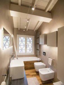 Illuminazione a doppio cavo per soffitto in legno